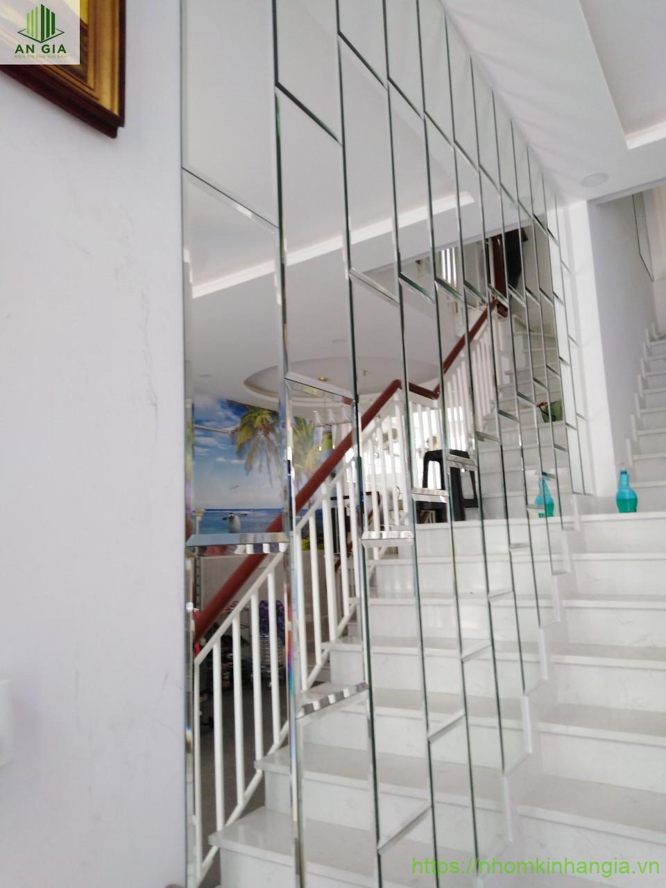 Mẫu 3: Gương được đặt ở cầu thang với các mảnh gương dạng hình chữ nhật được thiết kế một cách hoàn hảo