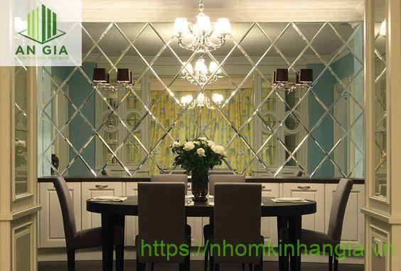 Mẫu 4: Gương có màu sắc hài hòa, sống động góp phần làm nổi bật thêm không gian kiến trúc của ngôi nhà