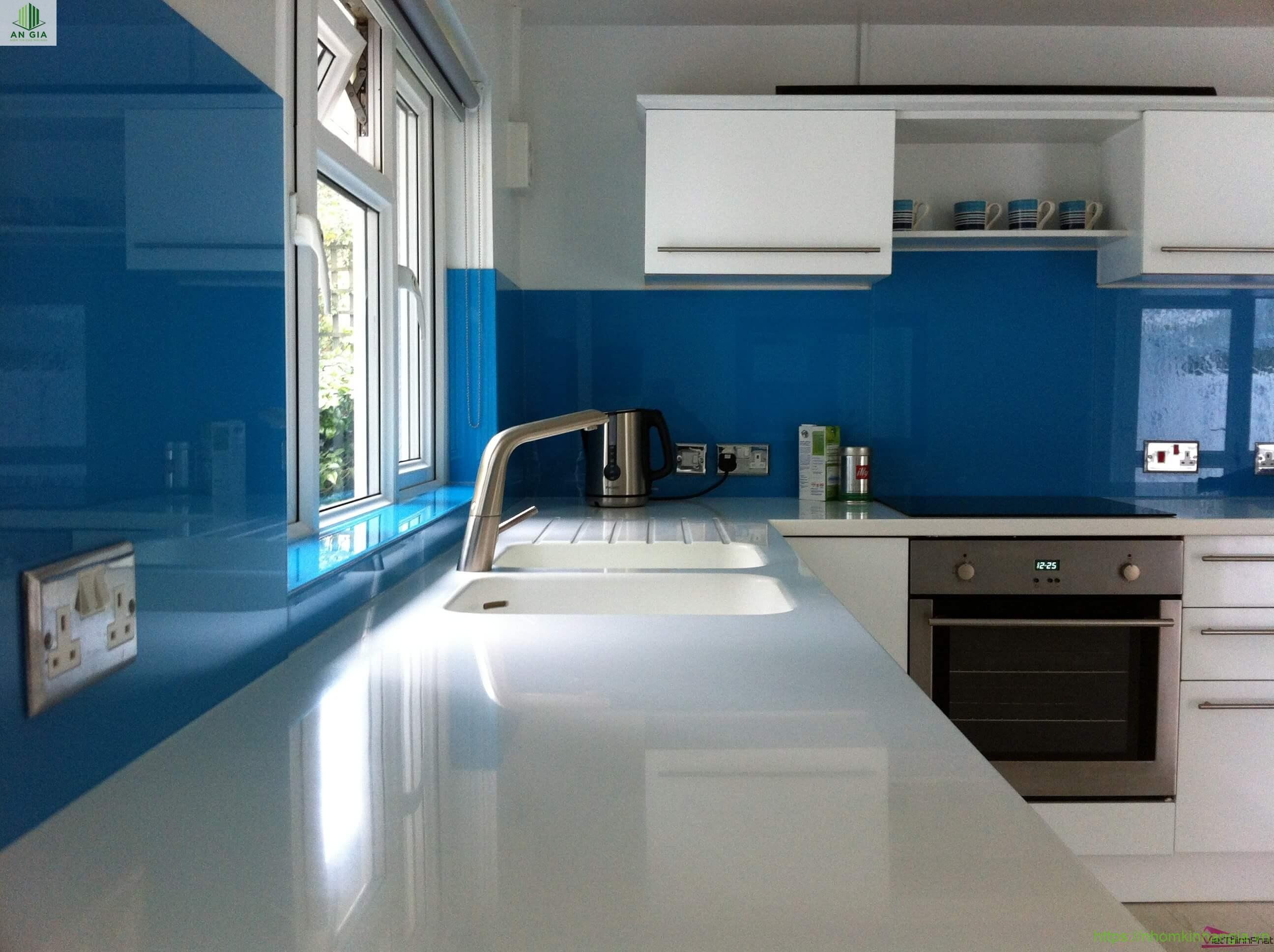 Kính ốp bếp xanh dương