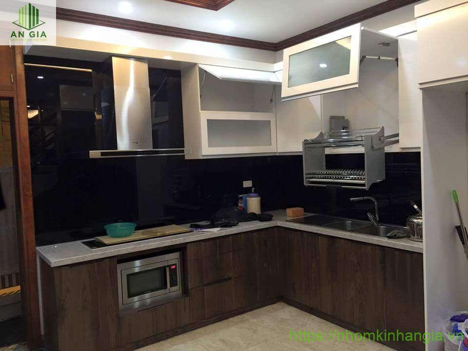 Kính ốp bếp màu đen