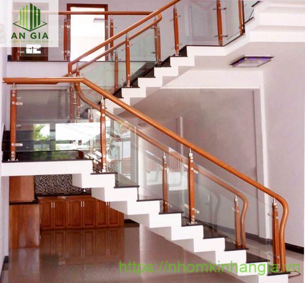 Chi tiết về cầu thang kính gỗ