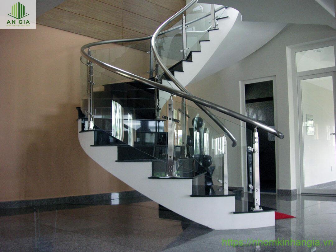 Đặc điểm mẫu cầu thang kính inox