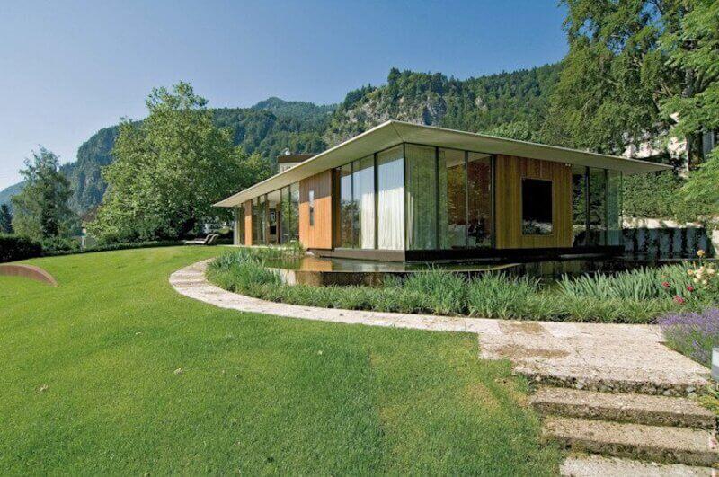 Mặt tiền nhà bằng kính và gỗ đan xen