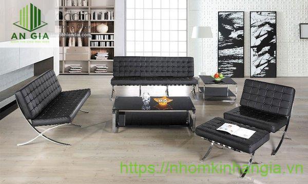 Mẫu 7: Độ cao bàn khá thấp với chân inox thiết kế dạng trụ hài hòa với sắc đen của bề mặt kính cường lực