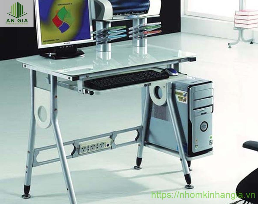 Mẫu 6: Kích thước bàn khá nhỏ gọn nhưng vẫn đủ cho nhu cầu làm việc, lưu trữ giấy tờ cần thiết của nhân viên văn phòng