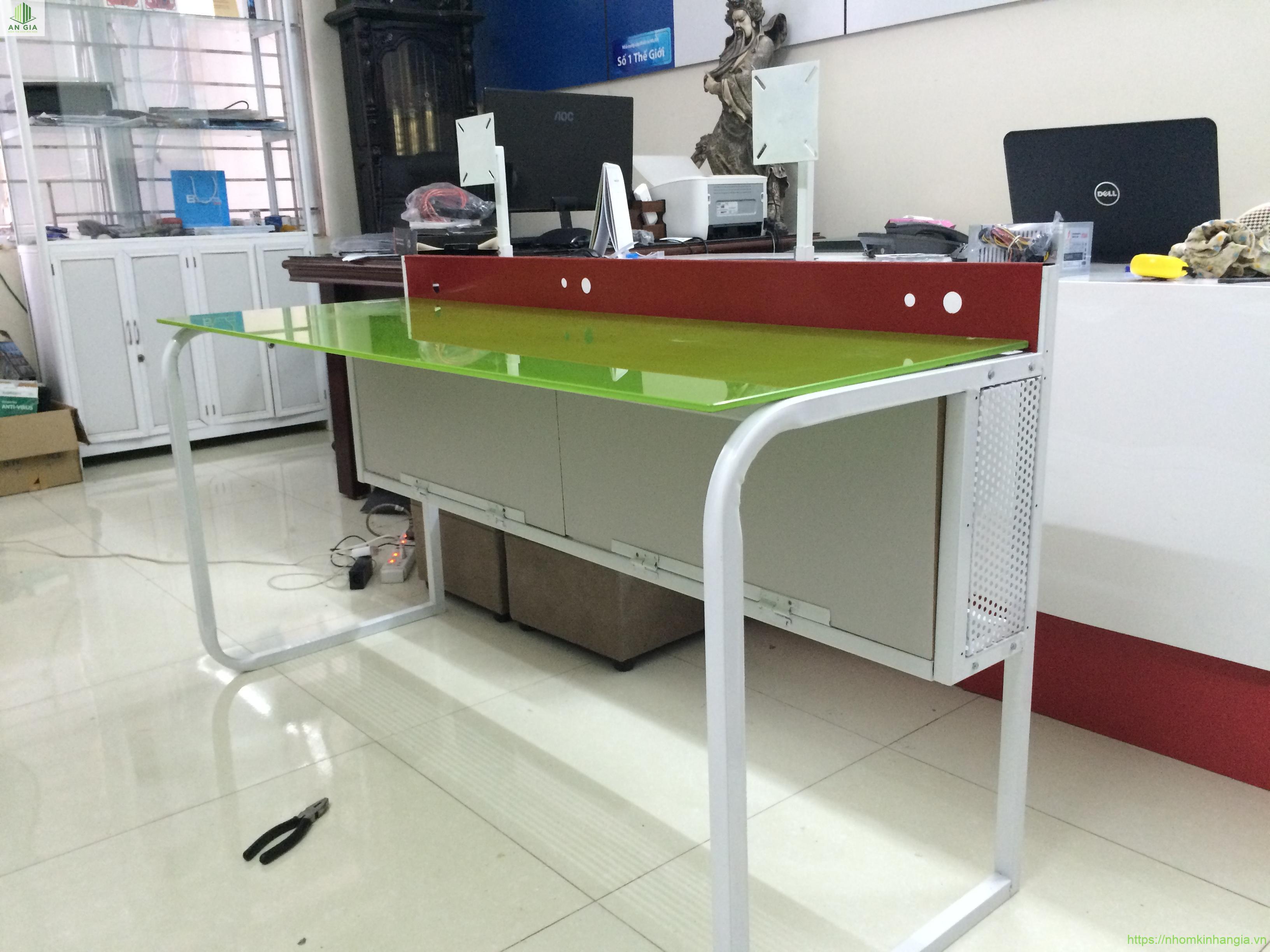 Mẫu 2: Sự phối hợp hài hòa giữu 3 gam màu chính xanh lá cây, đỏ và trắng đã tạo nên một chiếc bàn kính cường lực máy tính khá độc đáo