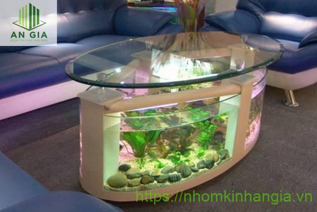 Mẫu 2: Toàn bộ cấu trúc của bàn kính bể cá có dạng hình oval khá lạ mắt phù hợp với nhiều không gian sống