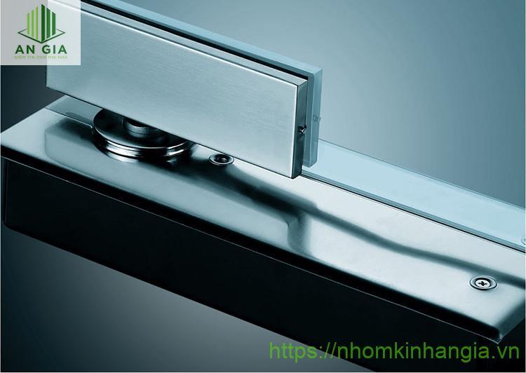 Bản lề cửa kính cường lực là sản phẩm đóng vai trò hỗ trợ việc đóng mở cửa dễ dàng hơn, không gây tiếng ồn khó chịu