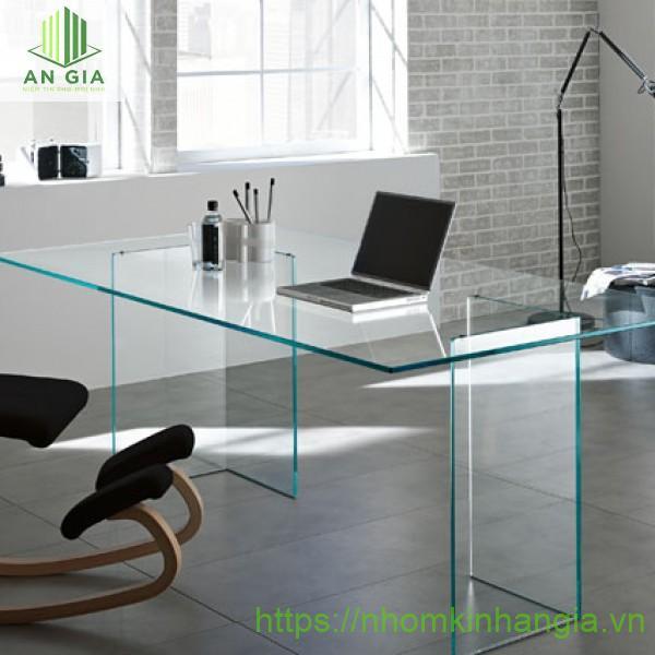 Mẫu 14: Thiết kế hoàn toàn từ kính cường lực tạo cho mặt bàn sự chắc chắn và khả năng nâng đỡ vật nặng tốt