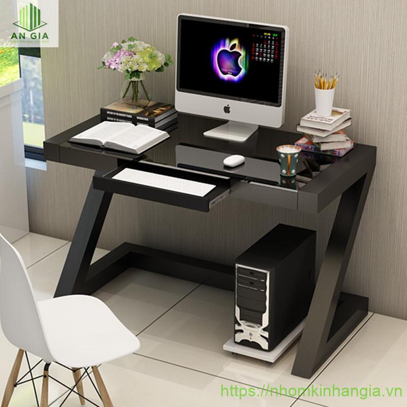 Mẫu 17: Phần khung chân bàn chắc chắn được thiết kế cùng mặt bàn kính cường lực đã tạo nên một tổng thể hài hòa, sang trọng cho không gian văn phòng
