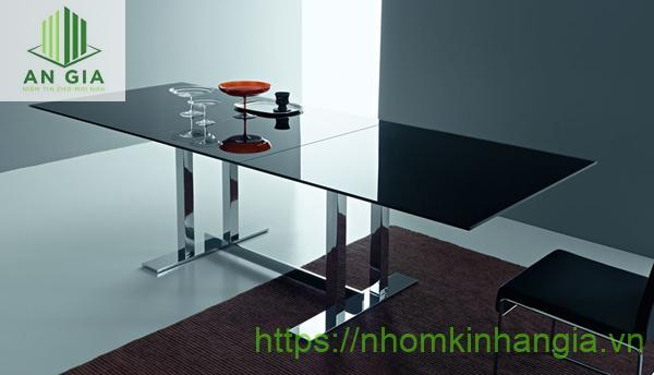 Mẫu 7: Bàn được thiết kế bằng cách ghép nối 2 tấm kính cường lực đen tạo nên một sản phẩm có kích thước lớn, rộng rãi