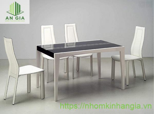 Mẫu 15: Bề mặt bàn từ kính cường lực có độ dày lớn tạo cho sản phẩm sự chắc chắn, bền vững
