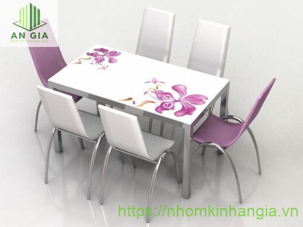 Mẫu 7: Họa tiết hoa văn độc đáo được in nổi ngay trên bề mặt kính đã tạo nên sự tinh tế hơn cho bộ bàn ghế