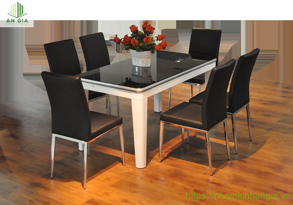 Mẫu 8: Sắc đen là tông màu chính của bộ bàn ăn mặt kính cường lực với phần chân ghế từ gỗ cao cấp