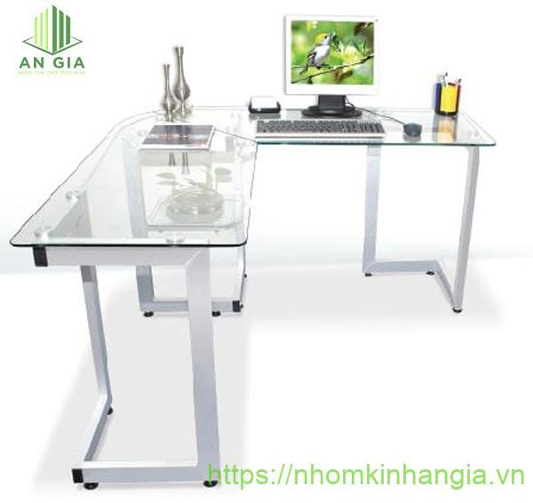 Mẫu 8: Toàn bộ sản phẩm được thiết kế theo tông màu trắng trong hoàn hảo với 2 vị trí làm việc giúp tiết kiệm tối đa không gian sử dụng của văn phòng