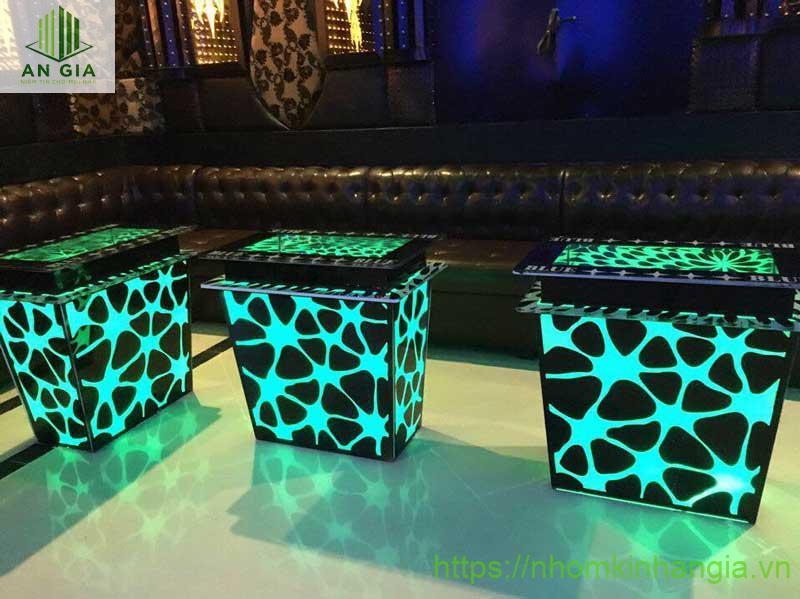 Mẫu 8: Kích thước của bàn khá đơn giản với gam màu xanh ngọc kết hợp với các họa tiết khá đơn giản nhưng không kém phần độc đáo