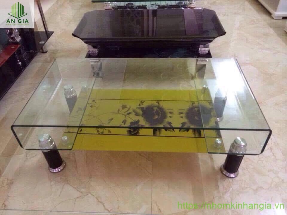 Mẫu 9: Thiết kế của mẫu bàn này mang tính sáng tạo cao như một bộ khung chắc chắn được đặt vững chắc trên 4 chân inox