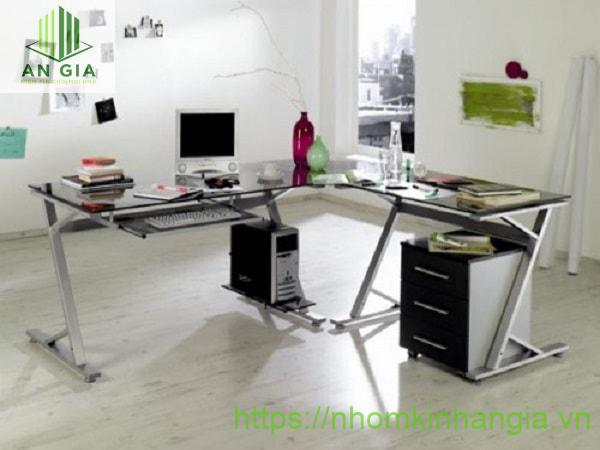 Mẫu 3: Bàn có dạng hình chữ L khá đặc biệt tiết kiệm tối đa diện tích căn phòng làm việc