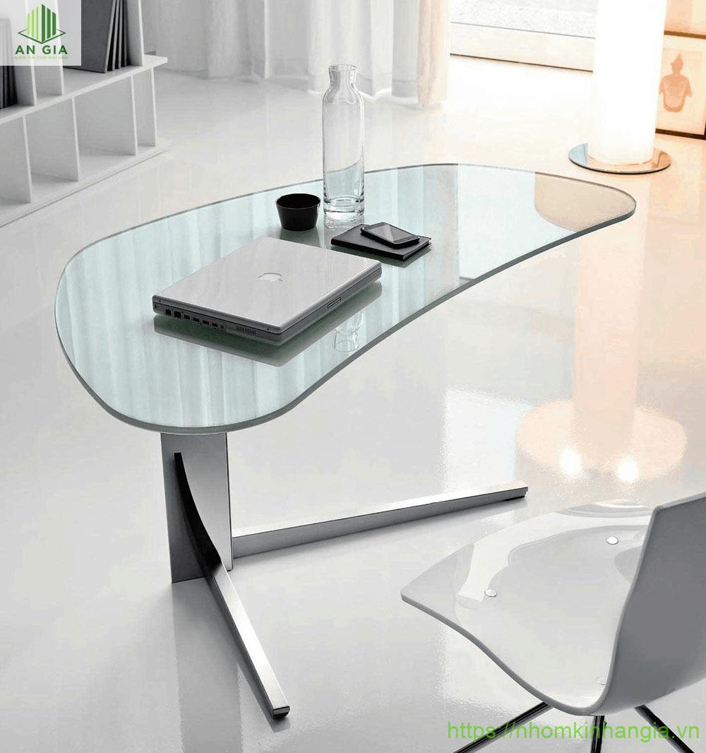 Mẫu 7: Bề mặt bàn từ kính cường lực với cấu trúc được bo tròn mềm mại tạo nên vẻ thanh thoát cho sản phẩm