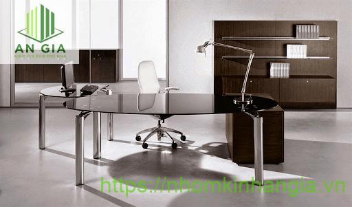 Mẫu 9: Kết cấu bàn có dàn tròn với phần chân từ inox chắc chắn mang đến sự hài hòa giữa tông màu đen và sáng bóng