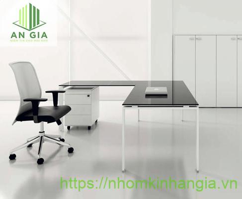 Mẫu 10: Thiết kế bàn dạng chữ L khá quen thuộc đối với những văn phòng có diện tích nhỏ với mặt bàn từ kính cường lực đen mang tính thẩm mỹ cao