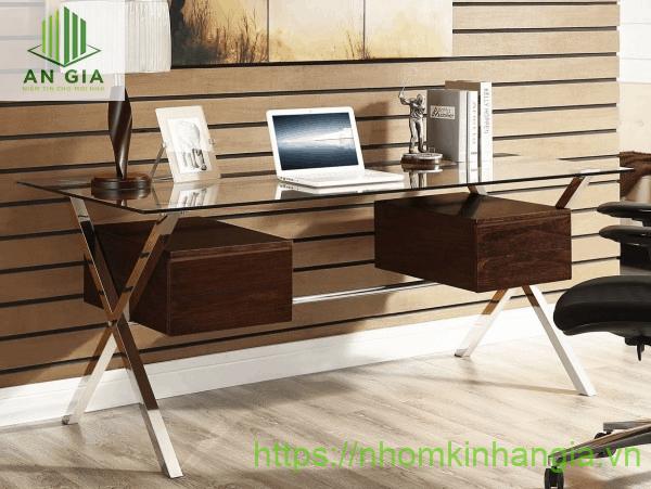 Mẫu 11: Ngoài lớp kính cường lực, bàn còn được thiết kế thêm 2 tủ gỗ đơn giản có chức năng đựng hồ sơ, giấy tờ quan trọng
