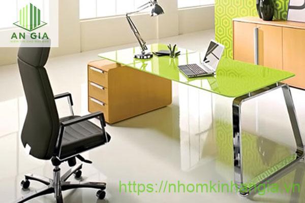 Mẫu 5: Mặt bàn từ kính cường lực với tông màu xanh lá cây cùng phần chân từ inox và gỗ tự nhiên