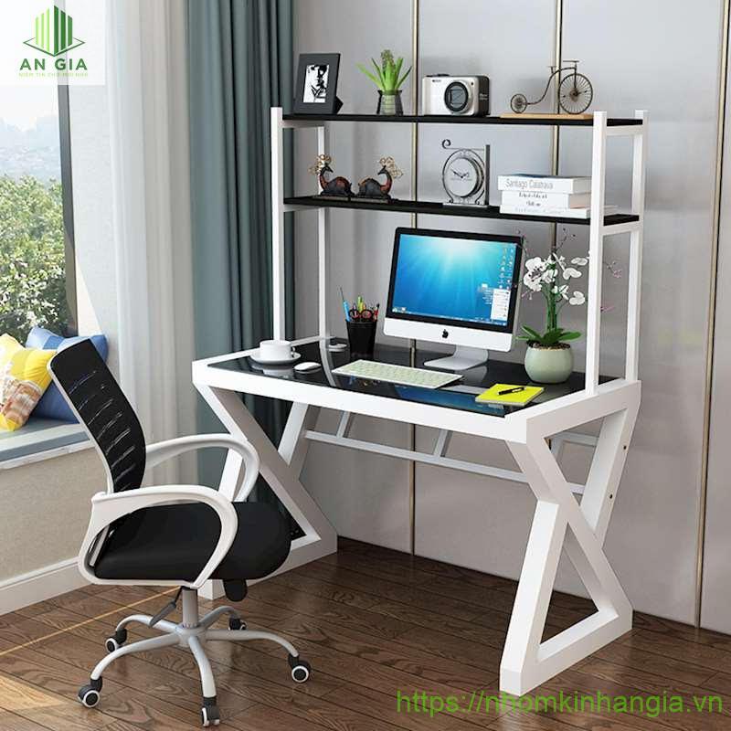 Mẫu 12: Thiết kế của bàn là sự lồng ghép giữa bàn làm việc kính cường lực và tủ đựng với nhiều ngăn tiện lợi