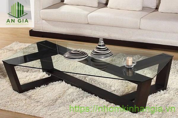 Mẫu 10: Tấm kính cường lực của mẫu bàn này thoạt nhìn khá mỏng nhưng vẫn đảm bảo tiêu chuẩn chịu lực tốt cũng phần chân trụ khá bền bỉ từ gỗ tự nhiên