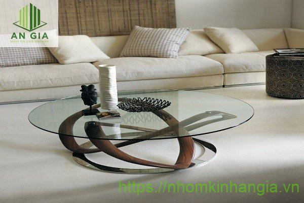 Mẫu 9: Chiều cao của bàn khá thấp với dạng tròn từ kính cường lực xanh tạo một cảm giác thông thoáng, rộng rãi cho không gian