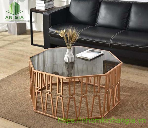 Mẫu 6: Mặt bàn có dạng hình bát giác với khung chân bàn được thiết kế từ sắt gồm nhiều họa tiết đặc biệt