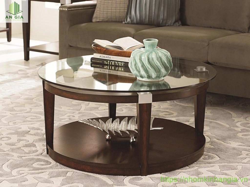Mẫu 3: Phần chân bàn khá chắc chắn được sản xuất từ gỗ tự nhiên cao cấp với mặt kính cường lực trắng trong đầy tinh tế