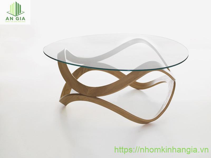 Mẫu 4: Chân bàn thiết kế uốn lượn gắn chặt vào mặt bàn từ kính cường lực tạo nên sự thanh thoát cho sản phẩm