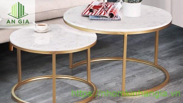 Mẫu 9: Mặt bàn kính cường lực với họa tiết hoa văn đa dạng cùng phần chân sắt được phủ một lớp sơn tĩnh điện