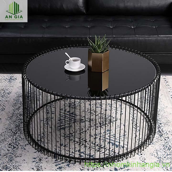Mẫu 10: Chân bàn gồm nhiều thanh sắt mỏng được ghép nối hoàn hảo vào nhau tạo bộ khung nâng đỡ tấm kính cường lực đen hoàn hảo