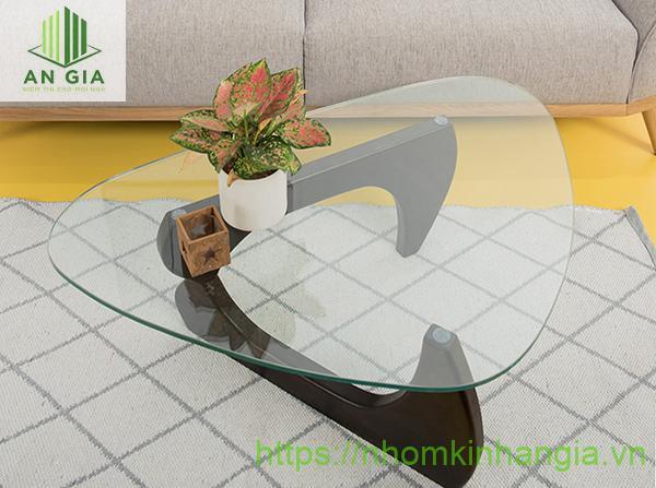 Mẫu 12: Thiết kế của tấm kính cường lực dạng tam giác với các cạnh được bo tròn hoàn hảo tạo cảm giác sang trọng cho không gian