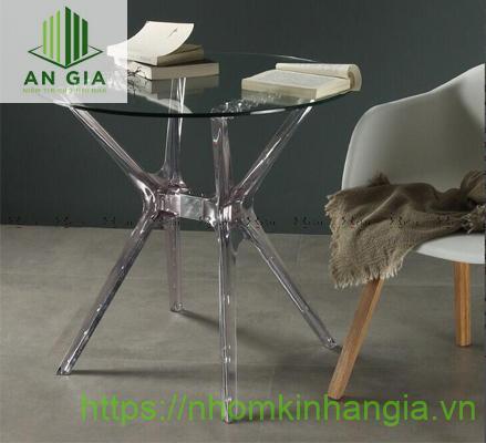 Mẫu 5: Chân bàn thiết kế dạng như chữ K với tấm cường lực phối hợp hài hòa giữa tông màu đen, trắng