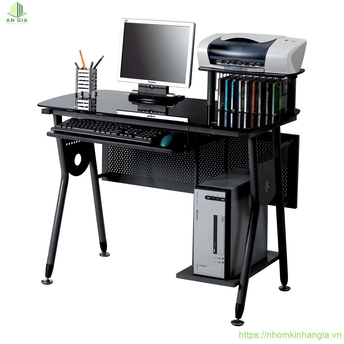 Mẫu 10: Tông màu đen của mẫu bàn kính cường lực máy tính này tạo nên sự sang trọng, chuyên nghiệp cho không gian làm việc