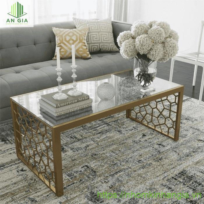 Mẫu 13: Chân bàn được thiết kế từ kim loại cao cấp với tấm kính cường lực mỏng dán chặt vào tạo nên một cấu trúc tổng thể hoàn hảo