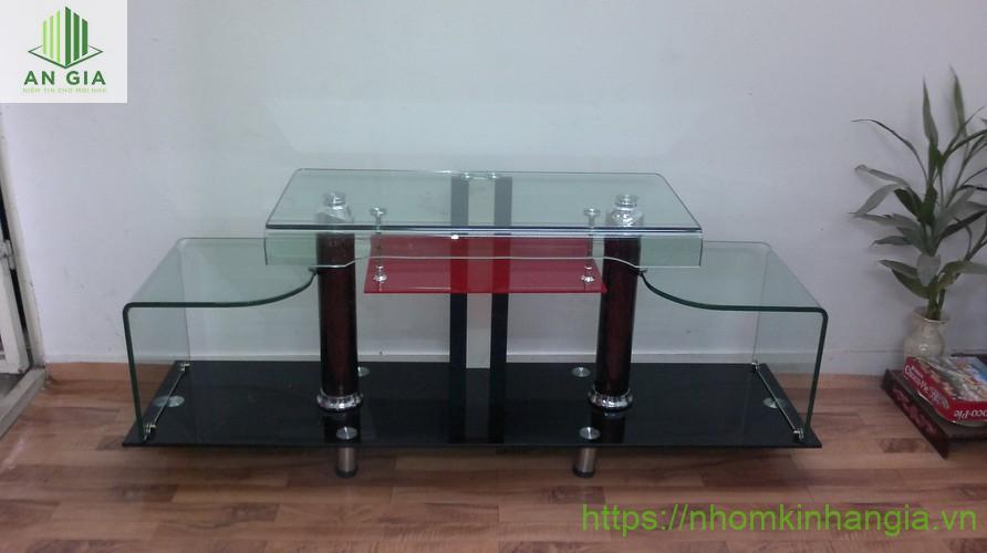 Mẫu 9: 2 tầng kính giúp cho bàn kính ngoài chức năng đặt tivi còn có thể trưng bày nhiều vật dụng khác