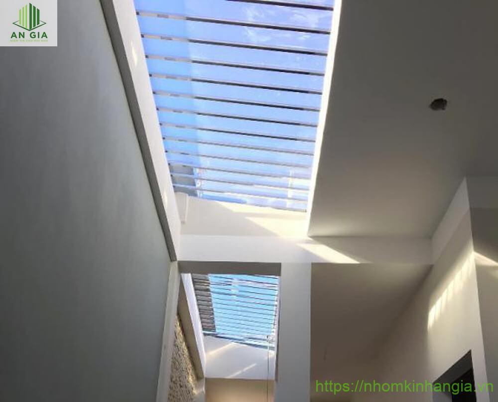 Máy kính giếng trời thiết kế an toàn