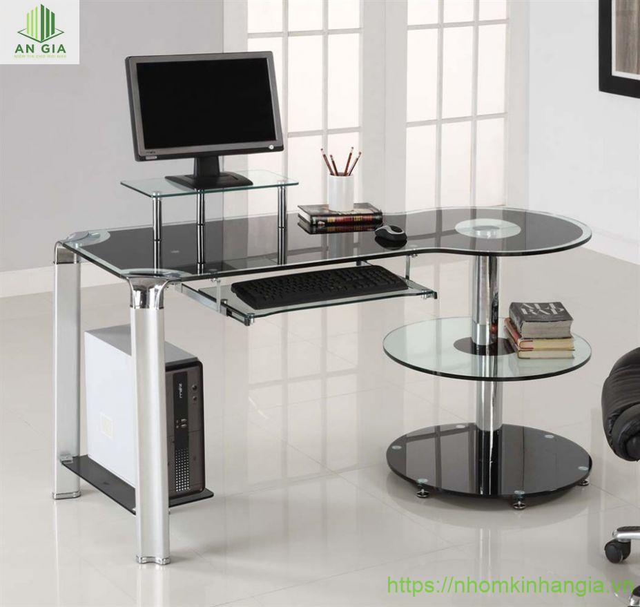 Mẫu 15: Thiết kế bàn được bo tròn ở một đầu với phần chân trụ từ nhiều lớp kính cường lực đen
