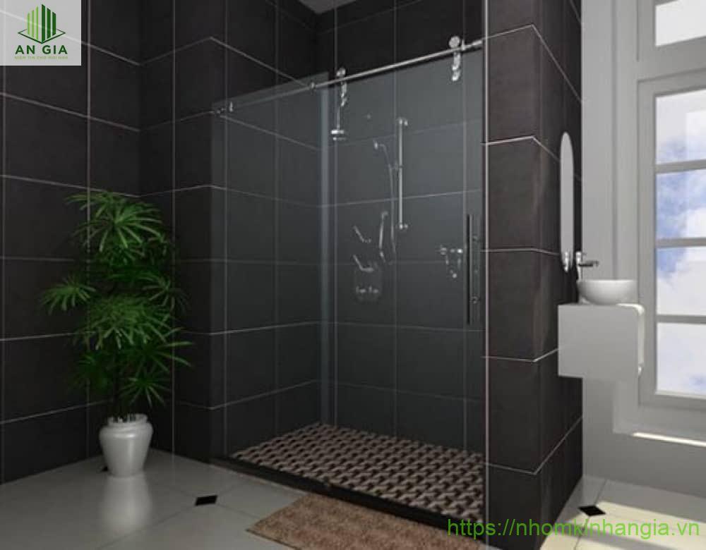 Kính cường lực là một bộ phận chính của vách tắm kính cửa lùa với nhiều kích thước đa dạng