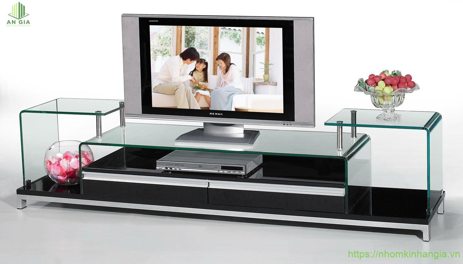 Mẫu 17: Tầng đặt tivi có độ cao thấp hơn so với khung kính trang trí nhờ đó tạo nên sự cân bằng trong thiết kế cho sản phẩm