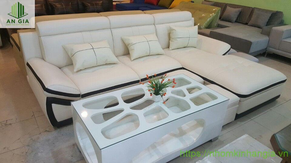 Mẫu 13: Phần khung bàn với nhiều họa tiết đặc biệt tạo cho bộ bàn sofa kính cường lực có một nét đặc biệt