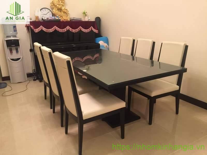 Mẫu 13: Kích thước bàn khá lớn thích hợp cho những gia đình đông thành viên