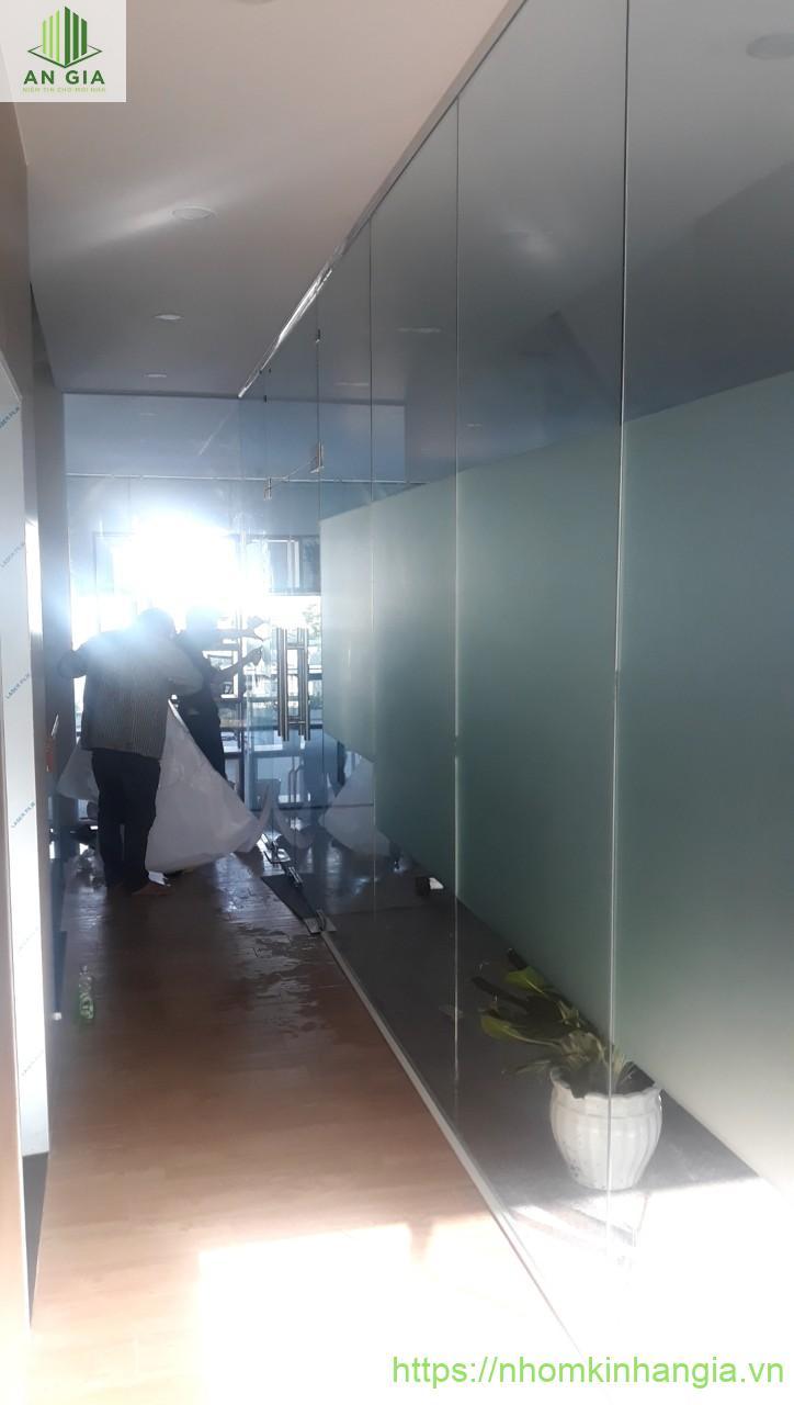 Cửa vách ngăn nhôm kính và cầu thang Tăng Nhơn Phú, quận 9