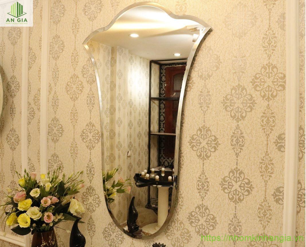 Mẫu 1: Mẫu gương này được thiết kế theo kiểu dáng đặc biệt tạo nên một điểm nhấn nổi bật cho không gian căn phòng lắp đặt