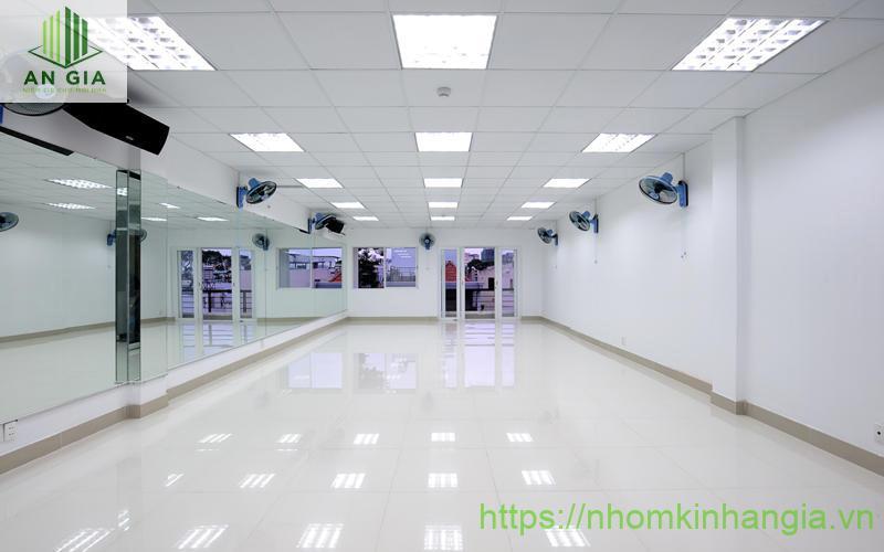 Mẫu 2: Mẫu gương phòng tập này tạo cho không gian sự rộng rãi và tăng kích thước căn phòng tối đa