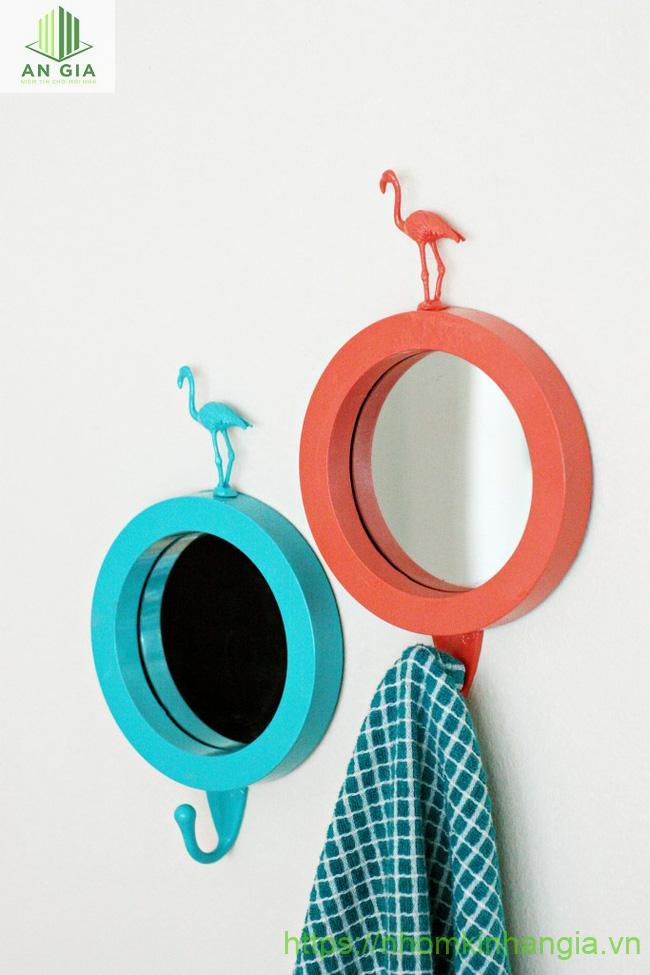 Mẫu 2: Sản phẩm gồm 2 mẫu gương tạo nên sự phối hợp hài hòa giữa 2 màu sắc xanh và đỏ